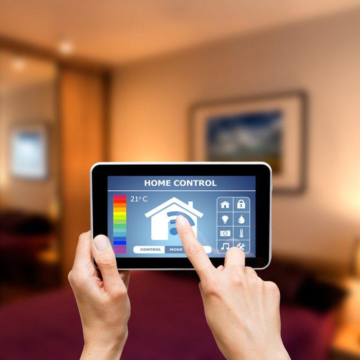 shutterstock_291164852 iPad smart thermostat app