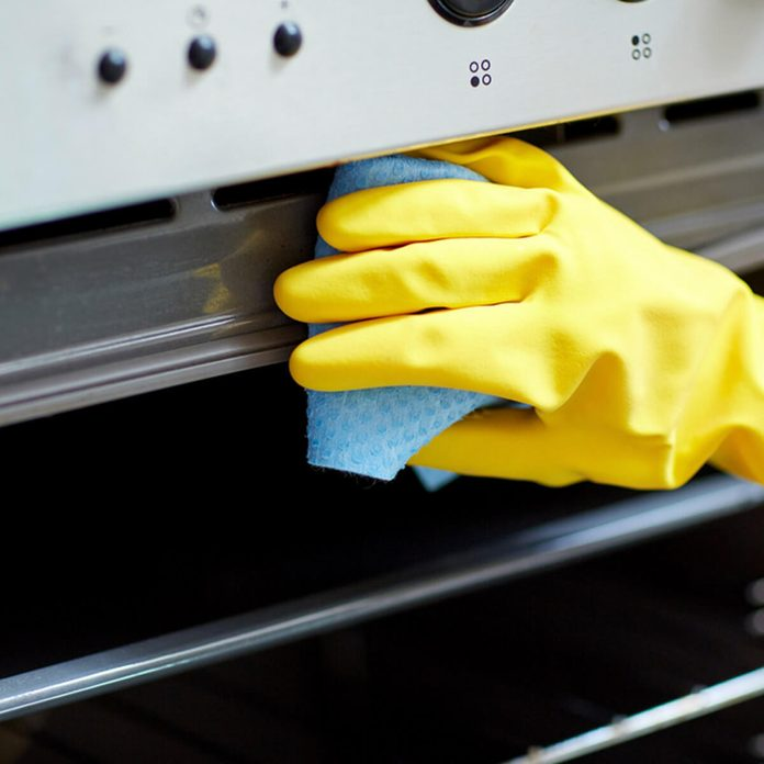 clean oven_257235412