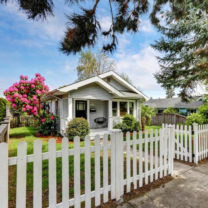 shutterstock_520117405 paint white picket fence curb appeal home