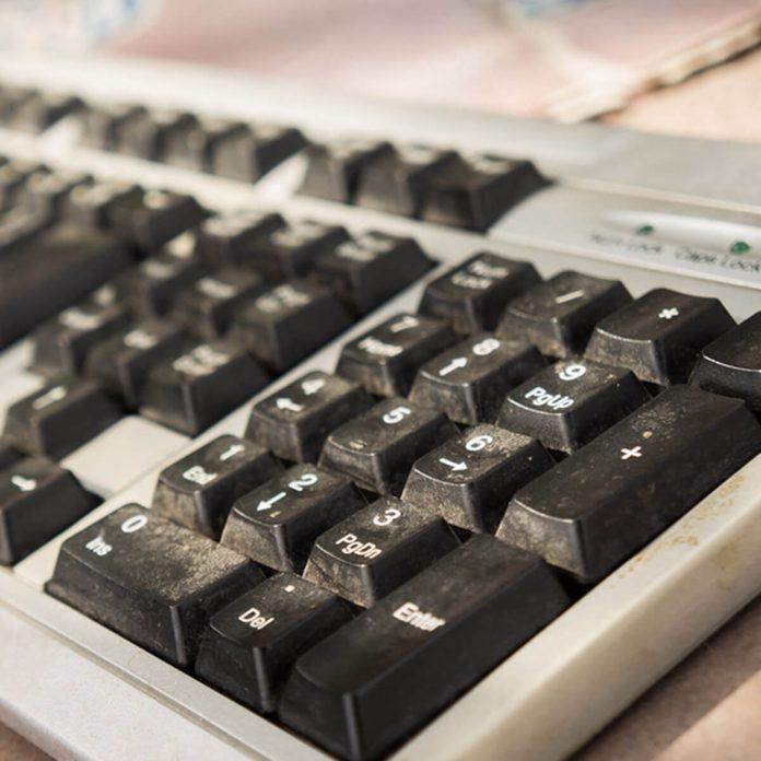 shutterstock_549278140 dirty dusty keyboard