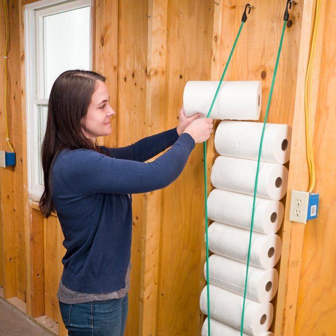 bungee cord paper towel storage handy hint