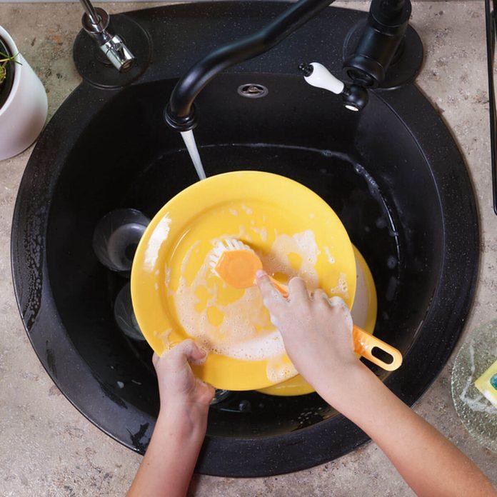 shutterstock_603074186 washing dishes