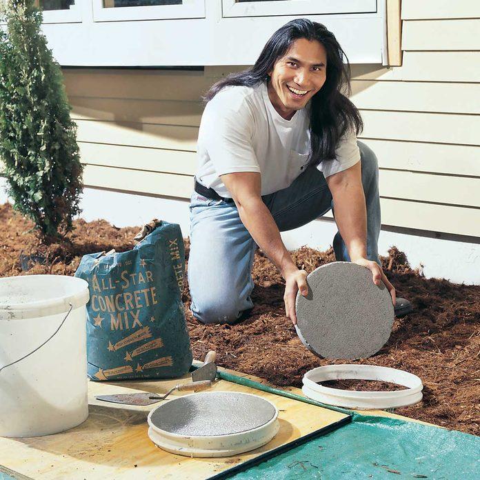 5-gallon bucket concrete stepping stone form