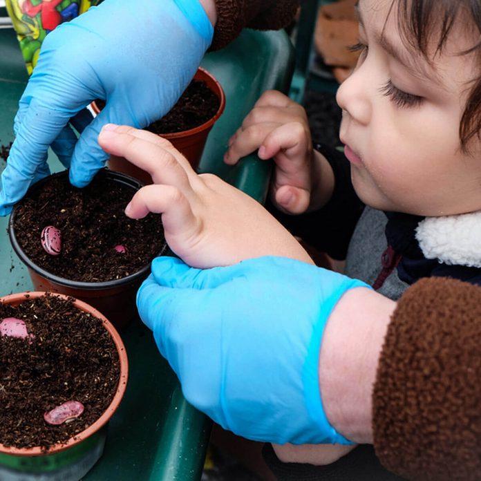 kids starting seeds gardening