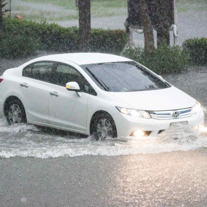Car-drives-through-flooded-street