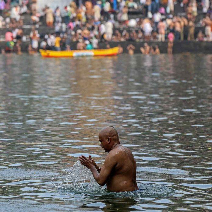 Hindu devotees perform the 'Tarpan' ritual during Mahalaya prayers, also known as Pitru Paksha, at the Banganga water tank, in Mumbai, India